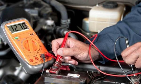 Kiểm tra điện áp ắc quy xe ô tô bằng máy đo Volt kế đa năng